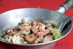 Angebratene frische Reismehlnudeln mit shirmp und Ei in heißem p Lizenzfreies Stockfoto