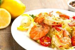 angebratene Spaghettis mit gegrillten Garnelen und Tomaten - italienische Fusionsnahrungsmittelart lizenzfreies stockfoto