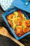 angebratene Spaghettis mit gegrillten Garnelen und Tomaten - italienische Fusionsnahrungsmittelart stockfoto