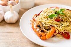angebratene Spaghettis mit gegrillten Garnelen und Tomaten stockfoto