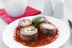 Angefüllte Fleischroulade mit Eiern, Salami Stockfotos