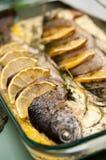 Angefüllte Forelle mit Zitronenteller Stockfoto