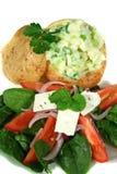 Angefüllte gebackene Kartoffel und Salat Lizenzfreies Stockfoto