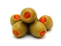 Angefüllte grüne Oliven auf einem weißen Hintergrund Lizenzfreie Stockfotografie