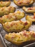 Angefüllte Kartoffel-Häute ein Tellersegment mit Meer salzen Stockfotos