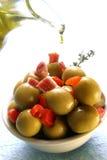 Angefüllte Oliven und Olivenöl Stockfotografie