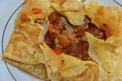 Angefüllte Omelette des Hiebs Schweinefleisch auf Teller Stockfoto