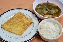 Angefüllte Omelette mit dem chinesischen Gemüseeintopfgericht, zum mit Reis zu essen Stockfotografie