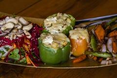 Angefüllte Pfeffer mit Gemüse und Acajounüssen auf einer Platte Stockfotos