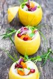 Angefüllte Zitronen mit vegetarischem Salat auf der alten Tabelle Stockfotografie
