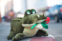 Angefüllter Alligator, der Rosen hält Stockfotos