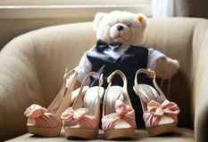 Angefüllter Bär der Hochzeits-Schuhe hohe Absätze Stockfoto