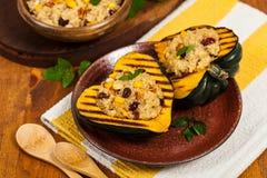 Angefüllter Kürbis mit Quinoa Stockfotos