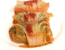 Angefüllter Kohl drei mit Tomatensauce auf einem Weiß Lizenzfreies Stockfoto