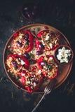 Angefüllter roter Pfeffer mit Hirse, Chorizo, Feta und griechischer Olive lizenzfreie stockbilder