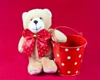 Angefüllter Teddybär und Wanne Stockbild