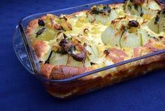 Angefüllter Zwiebelgratin mit Kartoffeln Traditionelle Nahrung Lizenzfreies Stockfoto