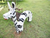 Angefülltes Zebra im Park, das Spielzeug im Garten, angefülltes Zebra ist p Stockbilder