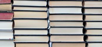 Angehäufte neue und alte Bücher Stockfotos