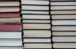 Angehäufte neue und alte Bücher Stockfoto