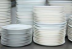 Angehäufter Stapel saubere Tellerplatten Lizenzfreies Stockbild