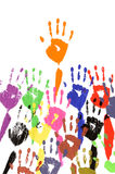 Angehobene Hände in der Acrylfarbe Stockfotografie