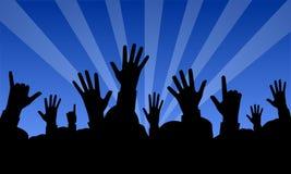 Angehobene Hände an einem Konzert stock abbildung