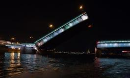 Angehobene Liteiniy Brücke in St Petersburg Lizenzfreie Stockbilder