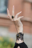 Angehobene oben Hand mit Ringen Stockfoto