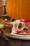 Angehobene Pizzascheibe Lizenzfreie Stockfotografie