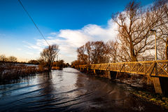 Angehobener Fußweg über überschwemmter Straße Lizenzfreie Stockfotografie