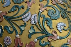 Angehobenes Blumenmuster auf Stein Stockfotos