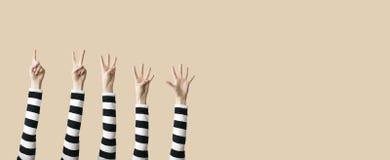 Angehobenes oben Hand- und Fingerdarstellen numerisch Stockfotografie