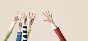 Angehobenes oben Hand- und Fingerdarstellen numerisch Stockbilder
