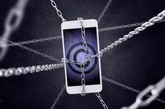 Angeketteter Smartphone mit Copyrightsymbol Lizenzfreies Stockfoto