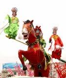 Angekleidet in den alten Kostümschauspielern im Straßen-PET Stockfoto