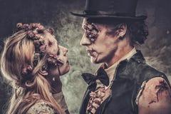 Angekleidet in der Hochzeit kleidet romantischen Zombie stockfotografie