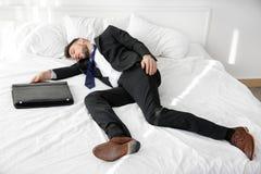 Angekleidet im Anzugmann schlief ein stockfoto