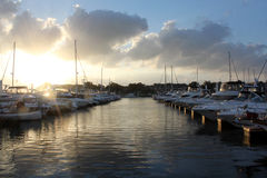 Angekoppelte Boote am Sonnenuntergang Lizenzfreies Stockfoto
