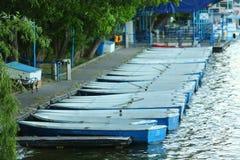 Angekoppelte Plastikboote im Park Stockbilder