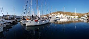 Angekoppelte Segelboote in Loutra Kythnos Lizenzfreies Stockfoto