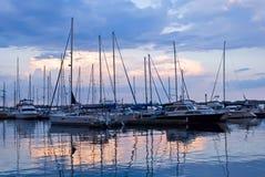 Angekoppelte Segelboote am Sonnenuntergang Lizenzfreie Stockfotografie