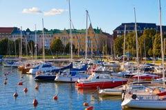 Angekoppelte Yachten in der Mitte von Helsinki, Finnland Stockbilder