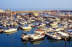 Angekoppelte Yachten im Hafen Lizenzfreie Stockfotos