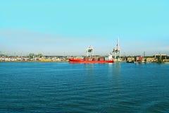 Angekoppeltes Ladung- oder Containerschiff stockfotos