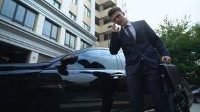 Angelägen affärsman som får i bilen som talar på telefonen, problem med avtalet, start lager videofilmer