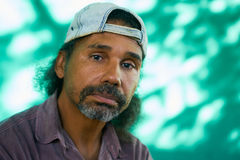 Angelägen Latinoman med ledset bekymrat framsidauttryck Royaltyfri Fotografi