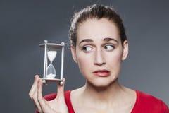 Angelägen 20-talflicka med symbol av tajming och stopptider i händer Royaltyfri Fotografi