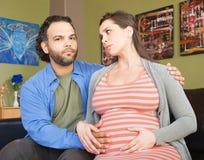 Angelägna gravida par Royaltyfria Bilder