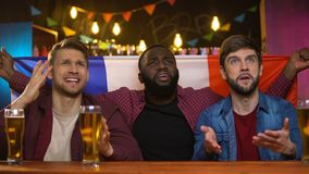 Angelägna multietniska franska fans som är olyckliga med den förlorande leken för lag som sitter i bar stock video